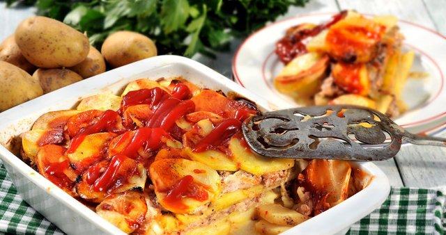 Krompirjeva zloženka z mletim mesom in čebulo