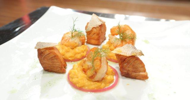 Kozice in losos z oranžnim pirejem in okisano zelenjavo