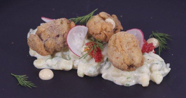 Ocvrti svinjski možgani in krompirjeva solata z majonezo z ostrigino omako