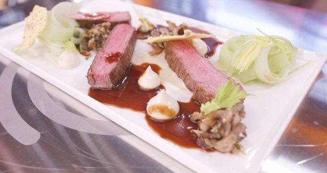 Goveji steak v omaki, pire gomoljne zelene, hrustek iz parmezana in lešnikov