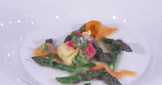 Tribarvni mošnjiček s šparglji, lososom in masleno omako