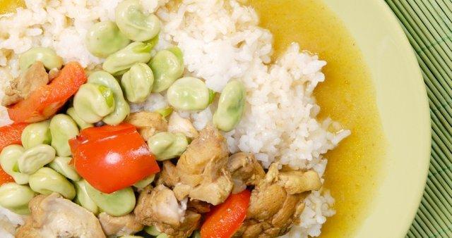 Piščančji curry z bobom in rdečo papriko na rižu