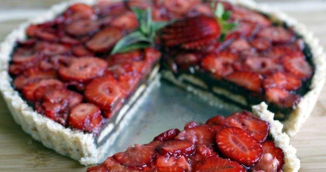 Presna torta z avokadovo kremo in jagodami