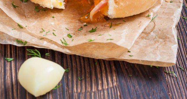 Pečena nadevana bombica s sirom, slanino in jajcem