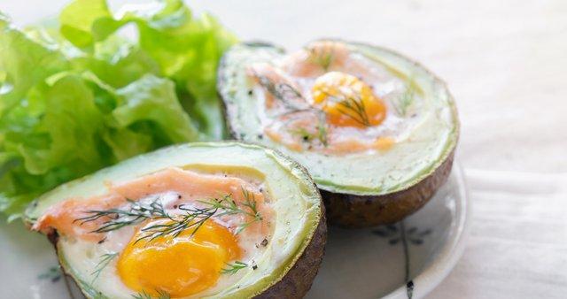 Pečen avokado z jajcem in dimljenim lososom