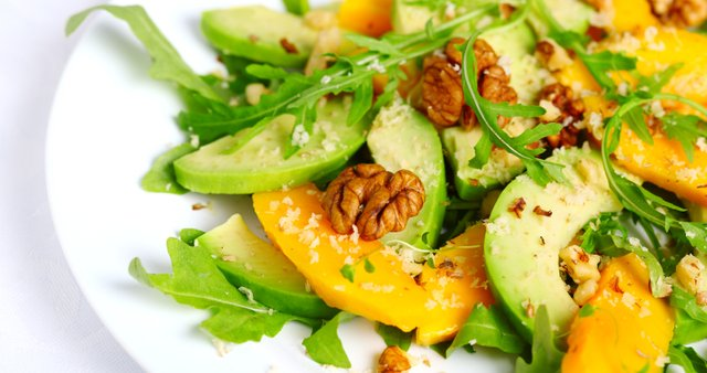 Solata z mangom, avokadom, rukolo in orehi