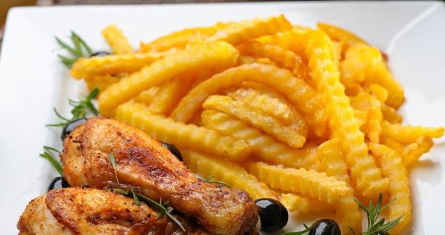 Pečene piščančje krače z ocvrtim krompirčkom