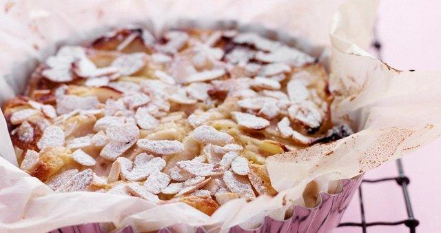 Hruškov kolač z mandlji