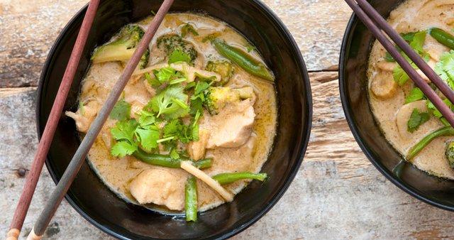 Zelen piščančji curry z brokolijem