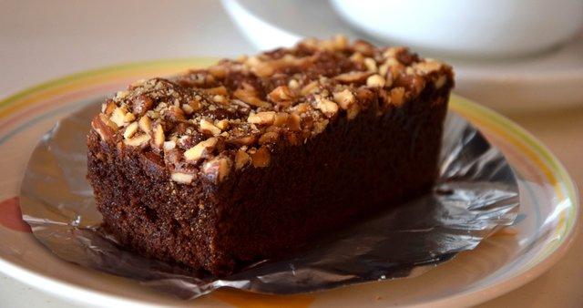 Kavni kolač z orehi in sladkornim sirupom