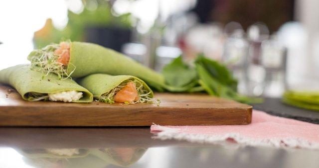 Zelene palačinke z rikoto, lososom in kalčki