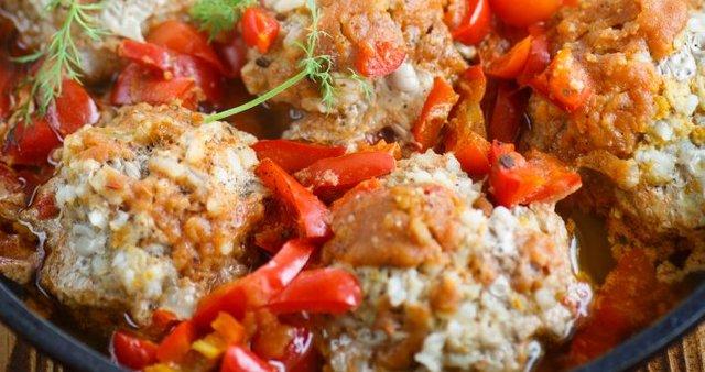 Puranje kroglice v omaki s papriko