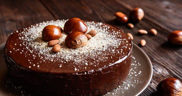 Mandljevo-kostanjeva torta s čokoladno kremo