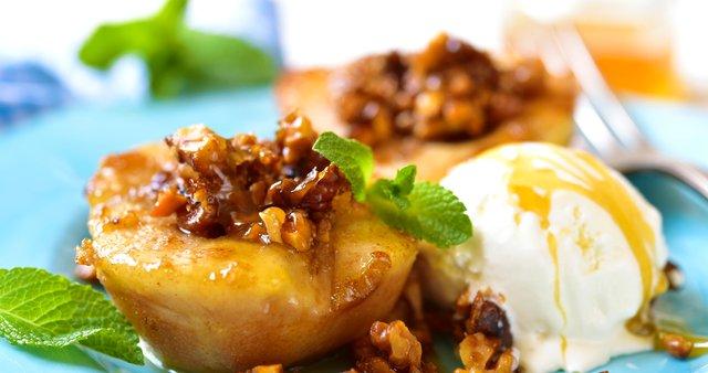 Pečene hruške z orehi in medom