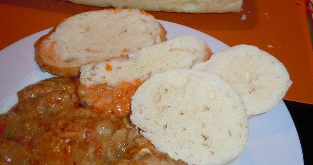 Zajec v lovski omaki s češkimi knedli