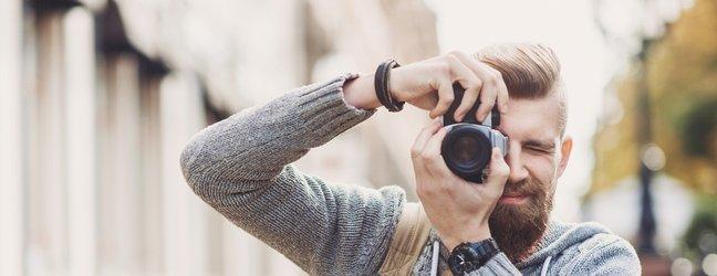 moški fotografira
