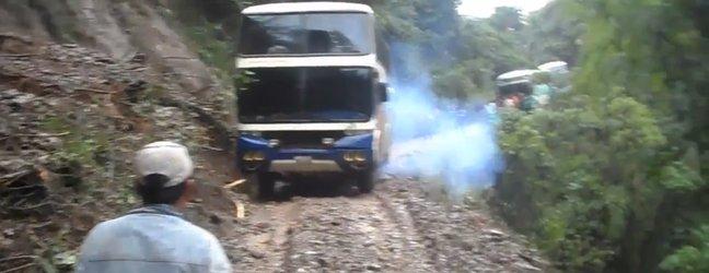 VIDEO: Dramatični posnetek avtobusa, ki zdrsne po pobočju