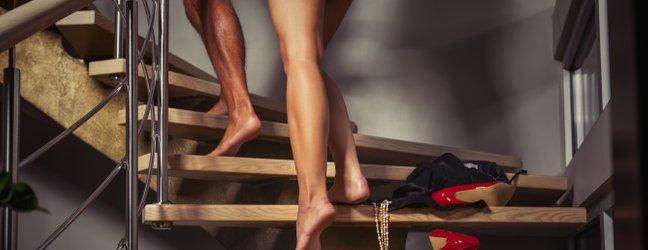 moški in ženska na poti v posteljo