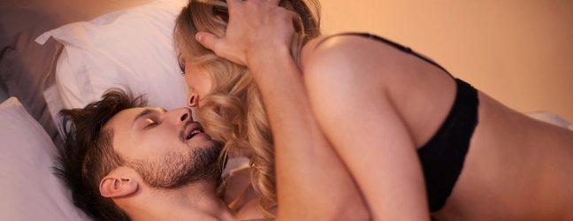 Zaljubljen par v postelji - 2