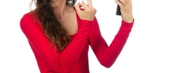 ženska besna gleda v telefon