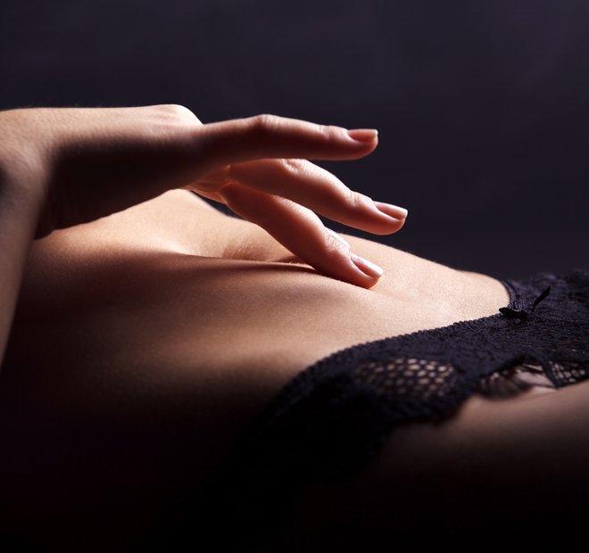 ženska v spodnjih hlačkah