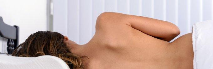 Gola ženska v postelji - 1