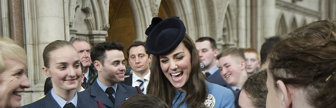 Kate Middleton med kadeti in kadetinjami RAF