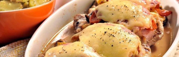 Svinjski zrezki s slanino, praženo zelenjavo in sirom