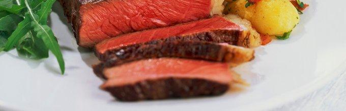 Pečen steak s krompirjem in zelenjavo