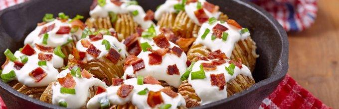 Rebrasti krompirček s kislo smetano in slanino
