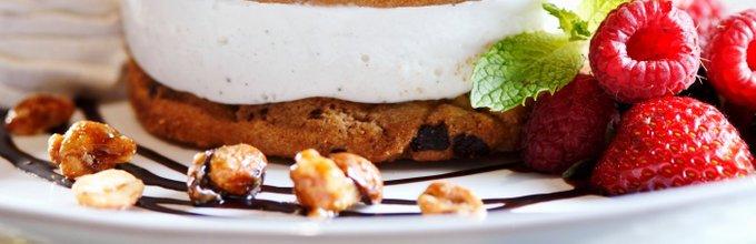Sladoledni sendvič iz piškotov s čokoladnimi koščki