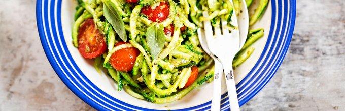 Bučkini špageti s paradižniki in pestom
