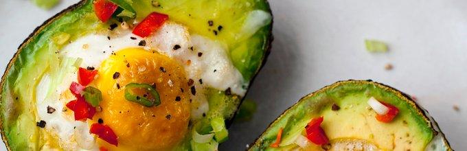 V avokadu pečeno jajce s čilijem in čebulico