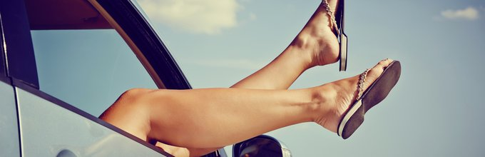 ženska v avtu, noge skozi okno