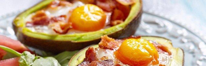 V avokadu pečeno jajce s slanino