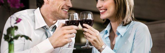 moški in ženska na romantični večerji
