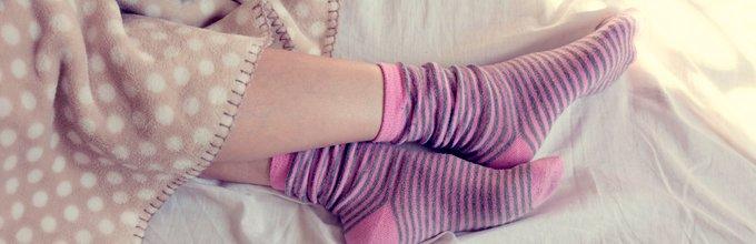 Ženska spi v nogavicah