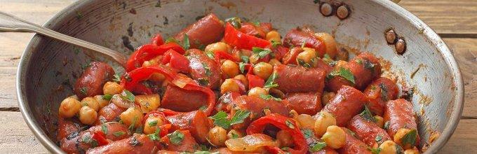 Čičerika s klobaso in papriko