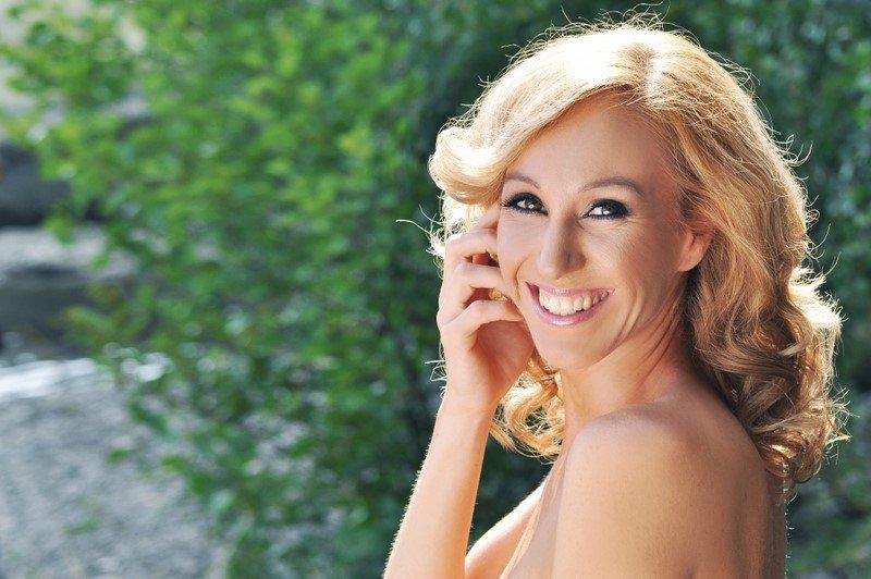 Julija Kramar je zaslovela je kot zmagovalka druge sezone Slovenija ima talent. V finalu je nastopila, kljub temu da ji je le nekaj dni prej umrl partner. V polfinalu je izvedla pesem Libiamo ne' lieti calici iz La traviate, v finalu pa je slavila s svojo interpretacijo The Diva Dance iz filma Peti element.