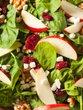 Špinačna solata z jabolki, orehi in brusnicami