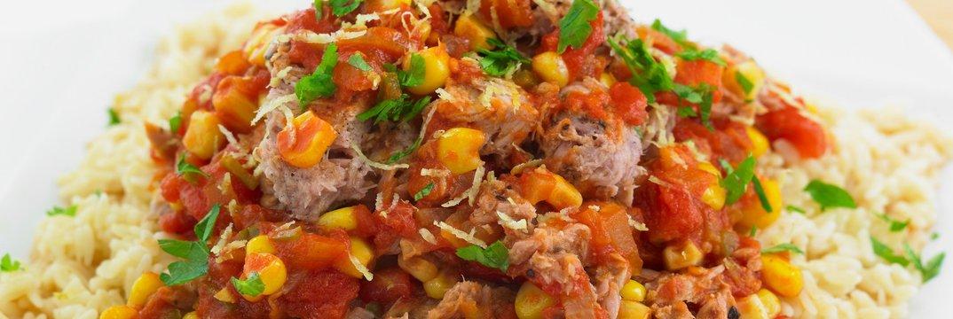 Riž s paradižnikovo omako s tuno in koruzo