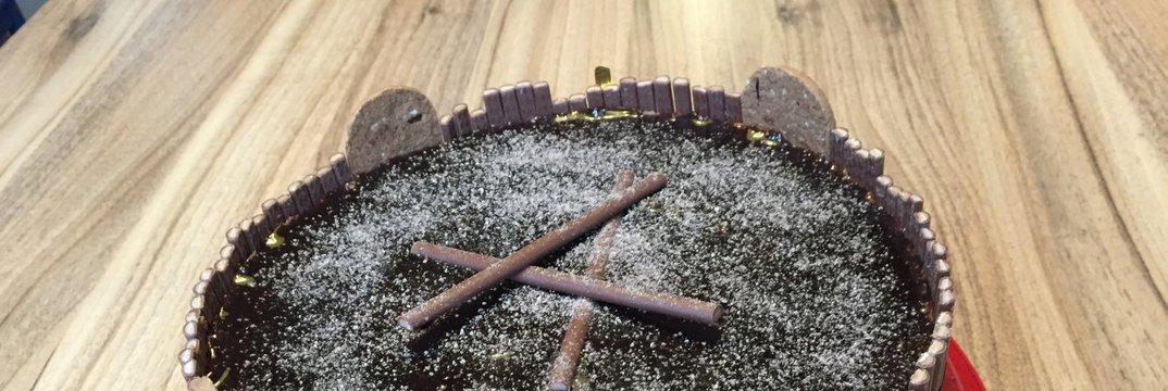 Čokoladno-skutna torta brez peke in jajc