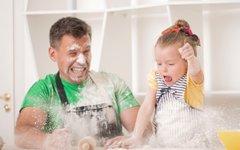 Kdaj je pravi čas, da otroke vključimo v kuhinjo?