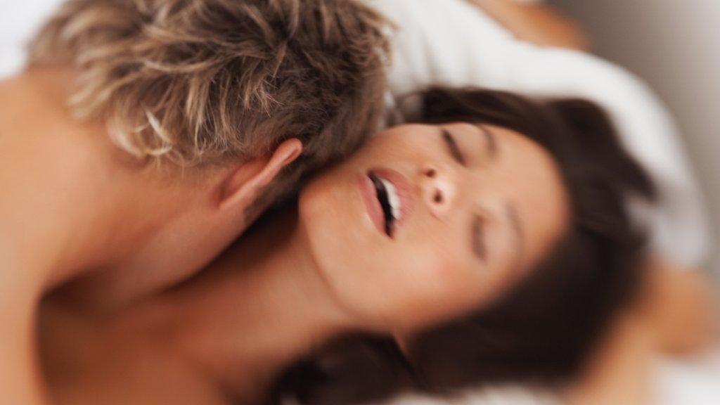 Русская женщина испытала струйный оргазм во время фистинга.