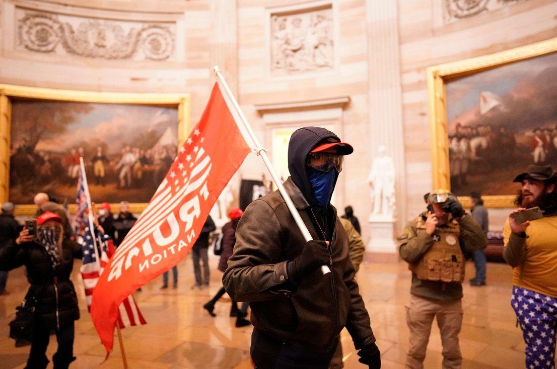 Trumpovi podporniki so se dlje časa neovirano sprehajali po Kapitolu.
