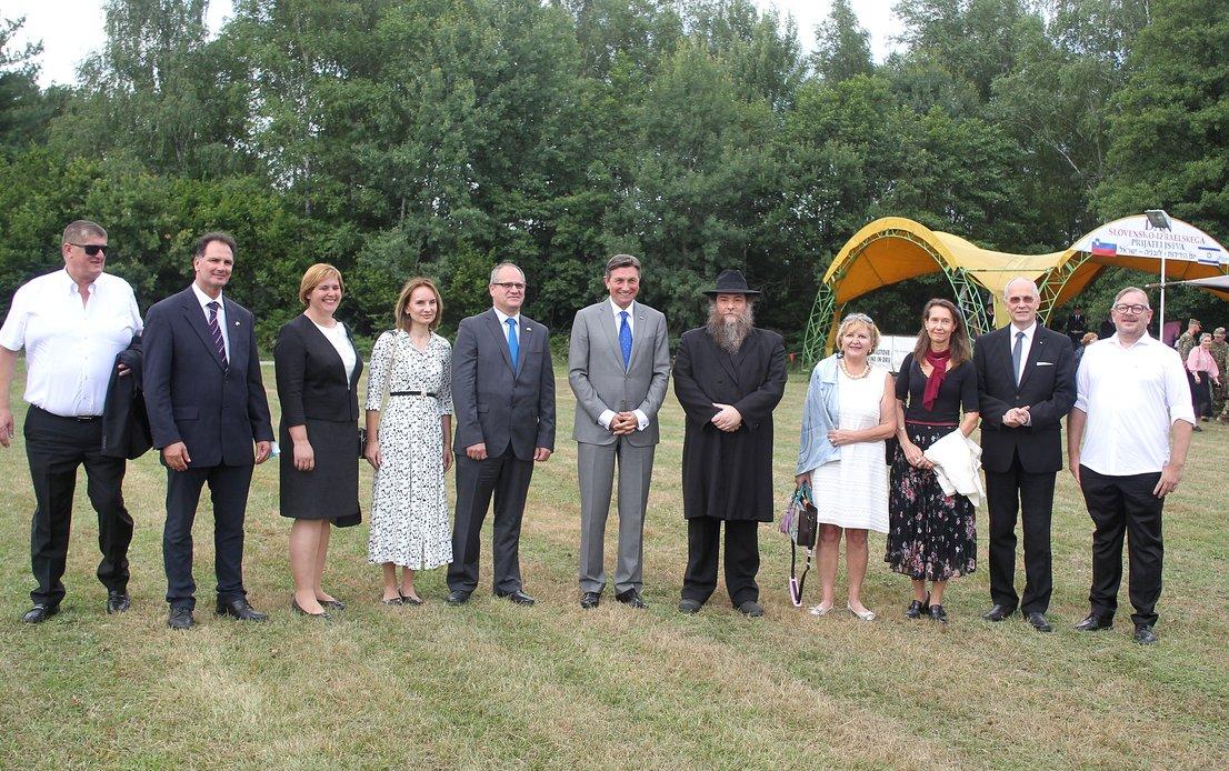 Predsednik Borut Pahor z udeleženci dogodka v Prilozju pri Metliki.