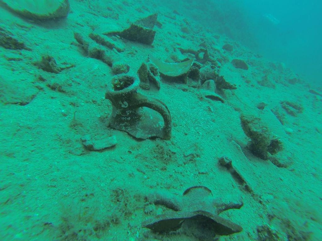 Ob ostankih ladje so v pesku tudi številne amfore, ki naj bi bile z območja severne Afrike in Bližnjega vzhoda.