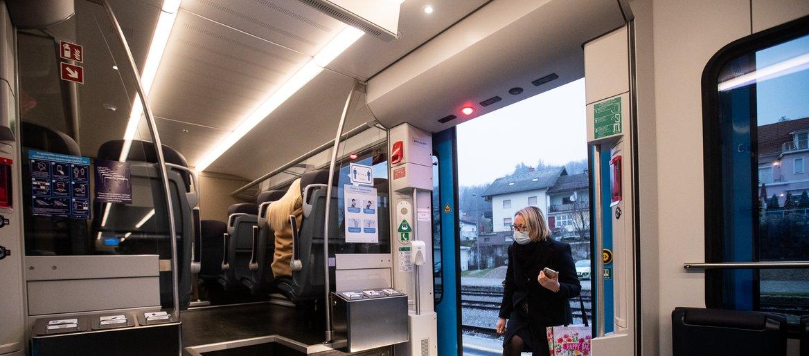 Izpolnjevanje pogoja PCT na vlakih: kdo ga bo preverjal in ali lahko ...