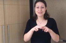 Pesem Ostani doma – Zelena dežela v znakovnem jeziku: 17 prijateljev video posnelo kar doma