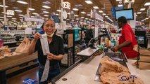 Kdo je moški, ki je starejšim plačal račune v trgovini?